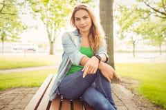 Портрет усмехаясь женщины на парке Стоковые Фотографии RF