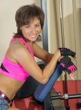 Портрет усмехаясь женщины на спортзале Стоковое Фото