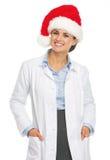 Портрет усмехаясь женщины доктора в шляпе santa Стоковые Изображения RF