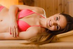 Портрет усмехаясь женщины ослабляя в сауне Благополучие курорта Стоковое Фото