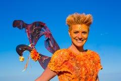 Портрет усмехаясь женщины одетой как фея стоковое фото