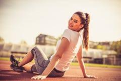 Портрет усмехаясь женщины спорта снаружи Стоковое Фото
