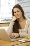 Портрет усмехаясь женщины с компьтер-книжкой Стоковое фото RF