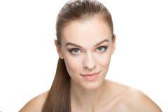 Портрет усмехаясь женщины с чистой кожей, isoleted на белом b Стоковые Фото