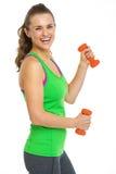 Портрет усмехаясь женщины фитнеса с гантелями стоковые изображения rf