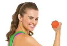 Портрет усмехаясь женщины фитнеса с гантелями Стоковое Фото