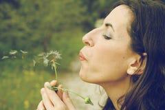 Портрет усмехаясь женщины outdoors Стоковые Изображения RF