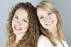 Портрет 2 усмехаясь женщин Стоковое Изображение RF