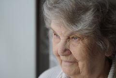 Портрет усмехаясь зрелой пожилой женщины постарел 80s Стоковое Фото