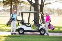 Портрет усмехаясь зрелых пар игрока в гольф Стоковое Изображение RF