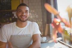 Портрет усмехаясь кельнера в кафе Стоковая Фотография