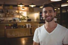 Портрет усмехаясь кельнера в кафе Стоковое Фото