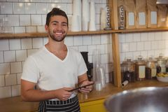Портрет усмехаясь кельнера держа таблетку на кафе Стоковая Фотография RF