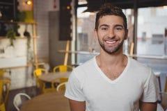 Портрет усмехаясь кельнера на кафе Стоковое Фото