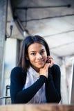 Портрет усмехаясь коммерсантки в кафе Стоковое Фото