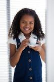 Портрет усмехаясь коммерсантки держа кофейную чашку Стоковые Фотографии RF
