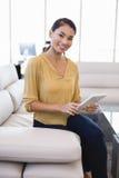 Портрет усмехаясь коммерсантки используя планшет в офисе Стоковые Фото
