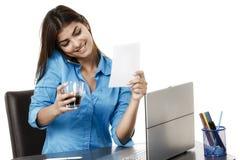 Портрет усмехаясь коммерсантки с кофейной чашкой перед Стоковая Фотография
