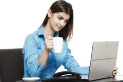 Портрет усмехаясь коммерсантки с кофейной чашкой перед Стоковое Фото