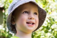 Портрет усмехаясь красивого ребенка в шляпе лета Стоковая Фотография