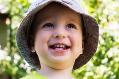 Портрет усмехаясь красивого ребенка в шляпе лета Стоковая Фотография RF