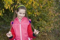 Портрет усмехаясь красивой девушки с косичками Стоковые Фото