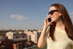 Портрет усмехаясь красивой женщины говоря на телефоне стоковая фотография rf