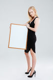 Портрет усмехаясь красивой женщины держа пустую доску Стоковые Изображения RF