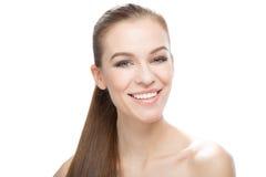 Портрет усмехаясь красивой молодой женщины, на белой предпосылке Стоковая Фотография RF