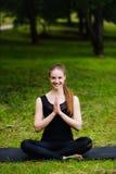 Портрет усмехаясь красивой sporty молодой женщины разрабатывая в переулке парка, стоя при ладони касаясь в Namaste Стоковые Фотографии RF