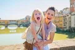 Портрет усмехаясь матери и ребёнка в Флоренции, Италии стоковое фото
