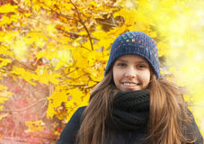 Портрет усмехаясь маленькой девочки в осени Стоковая Фотография RF