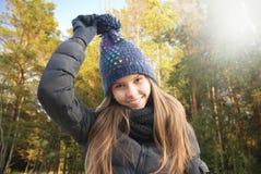 Портрет усмехаясь маленькой девочки в осени Стоковые Фото