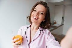 Портрет усмехаясь милой девушки в пижамах Стоковое Изображение