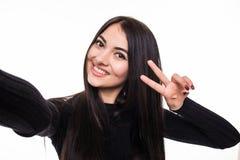 Портрет усмехаясь милой женщины делая фото selfie на smartphone изолированном на белой предпосылке Стоковое фото RF