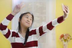 Портрет усмехаясь милой девушки делая фото selfie Стоковое Изображение RF