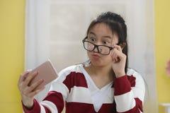 Портрет усмехаясь милой девушки делая selfie Стоковая Фотография