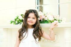 Портрет усмехаясь милой девушки представляя на камере Стоковые Изображения