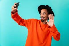 Портрет усмехаясь молодого афро американского человека в шляпе Стоковые Фотографии RF