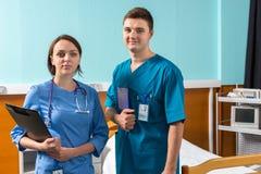 Портрет усмехаясь молодого мужчины и женского доктора в форме с Стоковое фото RF