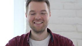 Портрет усмехаясь молодого человека сток-видео