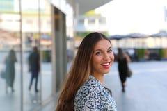 Портрет усмехаясь молодой бизнес-леди outdoors стоковое изображение rf