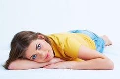Портрет усмехаясь молодой женщины лежа на поле Стоковое Изображение RF