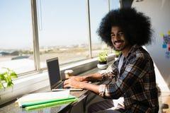 Портрет усмехаясь молодого бизнесмена используя цифровую таблетку Стоковая Фотография RF