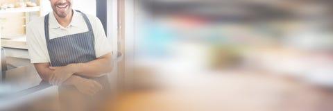 Портрет усмехаясь молодого кельнера на счетчике кафа Стоковая Фотография