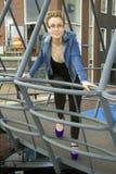 Портрет усмехаясь молодой женщины на мосте Стоковые Изображения