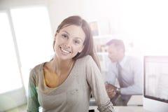 Портрет усмехаясь молодой женщины на офисе Стоковое Изображение RF