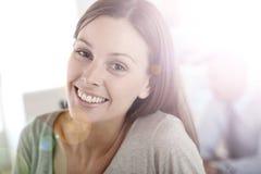 Портрет усмехаясь молодой женщины на офисе Стоковая Фотография RF