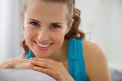 Портрет усмехаясь молодой женщины сидя на кресле Стоковое фото RF
