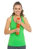 Портрет усмехаясь молодой женщины фитнеса с гантелями Стоковое фото RF